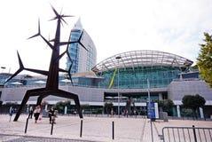 Escultura y Vasco da Gama Shopping Centre modernos, Lisboa, Por fotografía de archivo