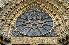 Escultura y ventana color de rosa de la catedral Notre-Dame Imágenes de archivo libres de regalías