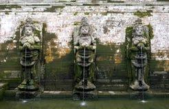 Esculturas antiguas en el templo de Goa Gajah construido fotos de archivo