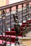 Esculturas antiguas en las escaleras en el palacio Fotos de archivo libres de regalías