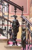 Esculturas antiguas en las escaleras en el palacio Foto de archivo