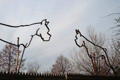 Esculturas antiquadas da silhueta do ferro na forma de cães alemães do pugilista com orelhas colhidas e as caudas, uma prática pr imagem de stock royalty free