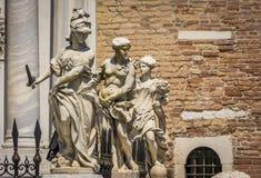 Esculturas clásicas en el tubo principal del Magna de Porta del arsenal veneciano, Venecia, Italia imagenes de archivo