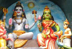 Esculturas coloridas do relevo de bas de Lord Shiva e da deusa Parvati Fotografia de Stock