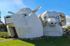 Esculturas corruagated gigantes dos carneiros do ferro, Tirau, Nova Zelândia imagem de stock