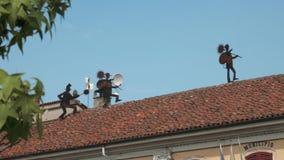 Esculturas das vassouras da chaminé no telhado da câmara municipal, Gravellona Lomellina, picovolt, Itália vídeos de arquivo