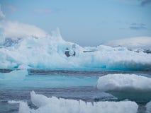 Esculturas de gelo azuis brilhantes em Esperanza fotografia de stock