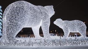 Esculturas de la Navidad de osos con la iluminación almacen de video