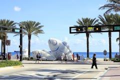 Esculturas de los pescados en la playa Imagen de archivo libre de regalías