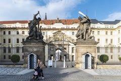 Esculturas de los titanes a la una de las entradas al castillo de Praga Imagenes de archivo