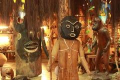 Esculturas de madeira africanas em uma feira fotos de stock