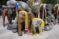Esculturas de madeira dos elefantes de Phuket decoradas com festões Imagens de Stock Royalty Free