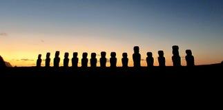 ESCULTURAS DE MOAI - SALIDA DEL SOL Foto de archivo