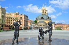 Esculturas de niños a los fundadores de la ciudad de Kiev Imagenes de archivo