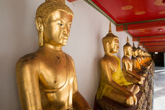 Esculturas de oro de Buda en Wat Pho, Bangkok, Tailandia Fotografía de archivo libre de regalías