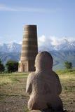 Esculturas de pedra antigas perto da torre velha de Burana situada em famoso Imagens de Stock Royalty Free