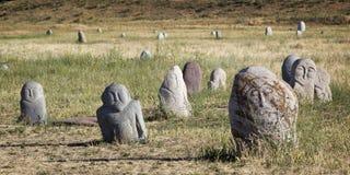 Esculturas de piedra antiguas cerca de la torre vieja de Burana situada en famoso Imagen de archivo libre de regalías
