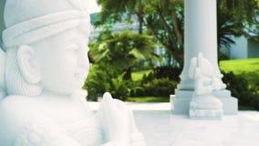 Esculturas de piedra decorativas en el fondo de las columnas de la mansión en jardín tropical del verano Casa lujosa de la arqu almacen de metraje de vídeo