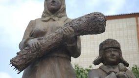 Esculturas de trabajadores de la parte posterior durante la Segunda Guerra Mundial en parque de pueblo ruso Madre y su hijo almacen de metraje de vídeo