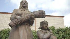 Esculturas de trabajadores de la parte posterior durante la Segunda Guerra Mundial en parque de pueblo ruso Madre y su hijo almacen de video