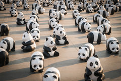 1.600 esculturas del cartón piedra de las pandas serán exhibidas en Bangkok Fotos de archivo