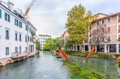 Esculturas del metal en el canal del agua de Treviso Fotos de archivo libres de regalías