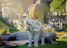 Esculturas del mismo tamaño de los dinosaurios y de los animales fotografía de archivo