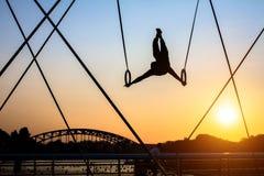 Esculturas do ferro da instalação da arte entre a água e o céu na ponte pedestre Foto de Stock