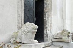 Esculturas do leão na entrada de Saint Michael Church de Lviv, Ucrânia Foto de Stock Royalty Free
