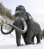 Esculturas dos mammoths em Archeopark, Khanty - Mansiysk, Rússia localizou no pé do monte glacial, Archeopark mostra o sta vivo Imagem de Stock