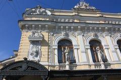 Esculturas e bas-relevos da fachada da constru??o com mulheres imagem de stock royalty free