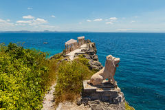 Esculturas e colunas no estilo grego na ilha Fotrune, Fotografia de Stock