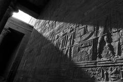 Esculturas egipcias de la pared en el templo de Edfu Imagenes de archivo