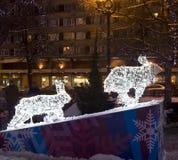 Esculturas eléctricas de liebres en la Navidad Foto de archivo