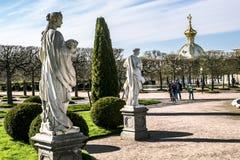 Esculturas en el parque más bajo de Peterhof Peterhof Rusia Imagen de archivo libre de regalías