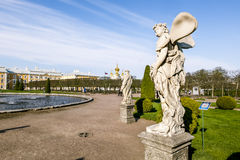 Esculturas en el parque más bajo de Peterhof Peterhof Rusia Foto de archivo