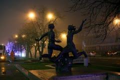 Esculturas en la avenida de Pobediteley en tiempo de niebla fotos de archivo