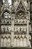 Esculturas en la pared de la catedral de nuestra señora de París fotos de archivo