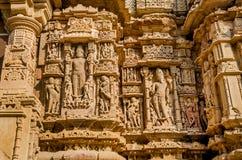 Esculturas en la pared externa del templo de Modhera Sun Imagen de archivo
