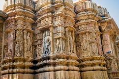 Esculturas en la pared externa del templo de Modhera Sun Foto de archivo libre de regalías