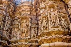 Esculturas en la pared externa del templo de Modhera Sun Foto de archivo