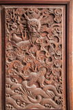 Esculturas exquisitas de Fushun, Sichuan en el condado de Fushun de las puertas de gran pasillo del templo imagenes de archivo