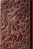 Esculturas exquisitas de Fushun, Sichuan en el condado de Fushun de las puertas de gran pasillo del templo Foto de archivo libre de regalías