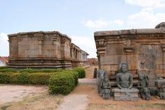 Esculturas Jain excavadas a partir del 9no-10mo siglo en Panchakuta Basadi, Kambadahalli, distrito de Mandya, Karnataka Foto de archivo