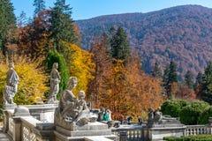 Esculturas medievais no parque do castelo de Peles em Romênia imagens de stock royalty free