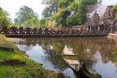 Esculturas no complexo antigo de Angkor Wat da ponte fotografia de stock