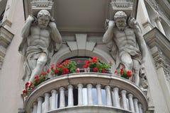 Esculturas sobre el balcón fotografía de archivo