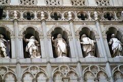 Esculturas y estatuas en la catedral católica en Toledo, España fotografía de archivo libre de regalías