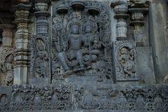 Esculturas y frisos en las paredes externas del templo de Hoysaleswara en Halebidu, Karnataka, la India Imágenes de archivo libres de regalías