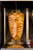 Escupida árabe del pollo que cocina la carne de Shawarma Fotos de archivo libres de regalías